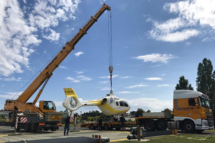 Levage de l'hélicoptère pour le charger sur le semi-remorque en vue du transport exceptionnel