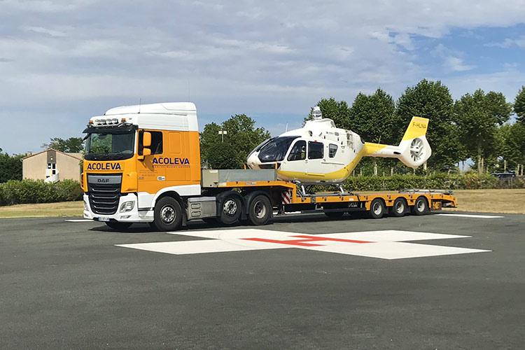 Hélicoptère chargé sur camion semi-remorque pour le transport